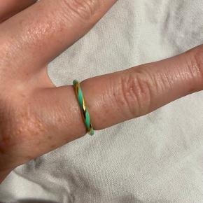 Fineste 'Enamel Ring' fra Pico Copenhagen. Størrelse 52. Kun brugt enkelte gange - sælges kun, da jeg går med selv smykker nu :)