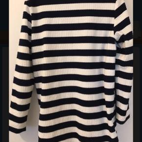 Flot mørkeblå og hvid stribet frakke med knapper og lommer foran, den er i god stand men der er lidt fnuller på det ene ærme, se billede 3