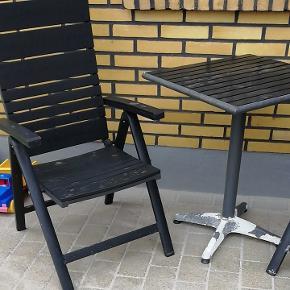2 havestole fra jysk, Ca 4-6 år gamle, den ene 1-2 år ældre end den anden. Mærke jytlandia. Postionsstole. Non wood. Super lækre stole. Den ene er armlænet dog gået lidt løs, men tænker det kan limes... 😁 (se billed i kommentar). 1 café bord, hvor benene er meget afskallet. Også Non wood. 😁 Jeg har også hynder til stolene hvis det har interesse 😎😎😎 Kom Evt med et bud, hvis du ikke synes prisen er fair 😁