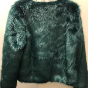 Lækker fakefur jakke til de kolde efterårsmåneder 💚 nypris var 1300 kr. str S men fitter en M/L da den er lidt stor i størrelsen