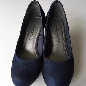 Blå ruskind pumps med 7 cm. stilet (blok) hæl.  Str. 35 - indvendig mål 23 cm.  Pris 40 kr. + evt. forsendelse