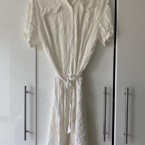 Weekday kjole, str. S Kan styles både åben og lukket, da der er knapper hele vejen ned.