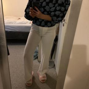 Jeg sælger mine bukser fra Mango 🤍 de er aldrig brugt, og fremstår med mærke 💛 de er str. l, men jeg vil mene, at de fitter en m. 💛💛