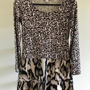 Fin Diane Von Furstenberg-kjole. Ingen slitage eller brugstegn. Sælges billigt, da jeg ikke får den brugt.  Kjolen er en str. 4 men det siger ikke så meget. Jeg vurderer den til en alm small.
