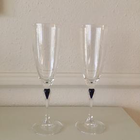 To smukke champagneglas fra Venise Saphir. Farven er blå og højde 21,5 cm 🌿Pris pr. stk. 50 kr. Se også mine andre annoncer, da jeg også flere glas fra Venise Saphir til salg.
