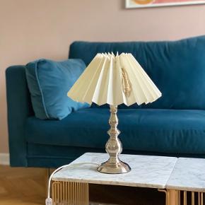 Pæn Marksløjd sølvlampe med hvid lampeskærm fra Lene Bjerre 38 cm i højden med lampeskærm Bredde på lampeskærm 30 Lampefod 10,5 cm i diameter   Kan sendes eller afhentes i Aarhus c :)