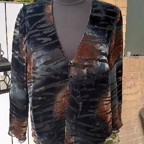 Velour look og går ned i spids for og bag. Måler 2x56cm over bryst og længden er 60-68cm. Rayon-polyester.