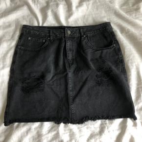 Sort nederdel fra Nelly - brugt 2-3 gange. Passer en M.  Ikke-ryger hjem.  🌼🌺