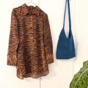 Skøn skjorte fra Zara i zebra-mønster 🦓 Brug få gange og har ingen tegn på slid