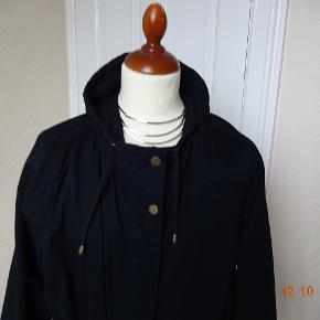 Overgangs jakke/ frakke sælges. Bytter ikke- Brystmål:74x2 talje:71x2 Hofter:77x2 Længde:99 Materiale:65% Polyester 35% Cotton Se også de andre annoncer jeg har. Prisen er fast.