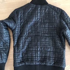 Lækker foret jakke, varm og som ny !