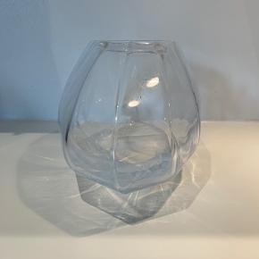 Georg Jensen glas vase,  Har stået som pynt, fejler intet.  Ny pris ca 450kr, Tænker en pris på 200kr, ellers kom med bud
