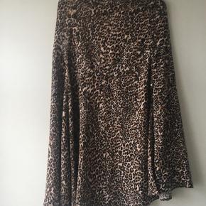 Fin og højaktuel leopard mønstret nederdel - der falder rigtig flot. Eleastik i taljen. 100 % viscose. Aldrig brugt.