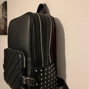 ZARA skoletaske   Str: One Size   Har 2 inder rum Og en lille foran   Passer perfekt til bærbaren