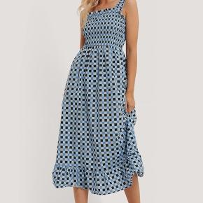 """""""Smocked midi dress"""" fra NA-KD x Emilie Malou. Kun brugt 1-2 gange"""