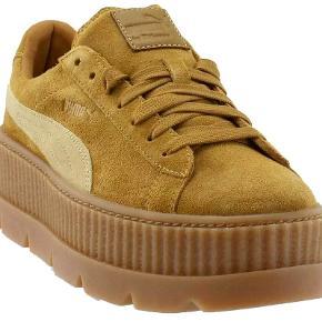 Sneakers har aldrig været brugt. Invendig mål er 24,5cm. Mp.300kr. Plus porto. Handler gerne med mobilepay.