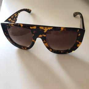 Fede solbriller fra Ganni, lidt Celine look  Lidt løse men kan spændes efter ellers fejler de intet