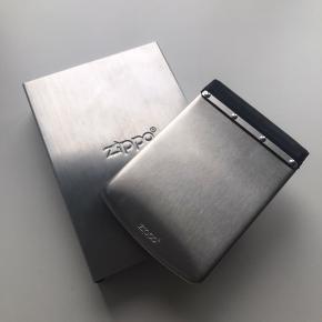 Zippo pung med tilhørende æske.  En 'møntløs' pung, med holder til sedler og kort i rustfrit stål.