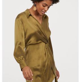 Tunika/kjole/langærmet bluse fra H&M i khakigrøn.   Jeg har selv brugt den som kjole - det passer den fint til, hvis man er en str. XS.   Falder rigtig fint i lyset og materialet minder meget om silke i live/lys.