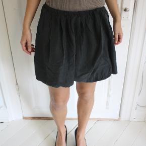 Smuk nederdel fra Modström sælges, da jeg desværre ikke får den brugt længere. Den er ikke i silke, men det ligner lidt. Tyndt fint materiale. Kan afhentes på Frederiksberg, ellers betaler køber for porto og evt. ts-gebyr