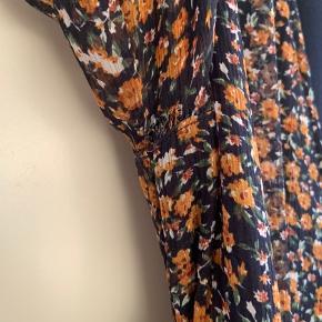 Slå-om kjole. Et lille begyndende hul under ærmet - se det sidste billede 🙈 ikke noget man ser når den er på. Lavet af 100% polyester #secondchancesummer