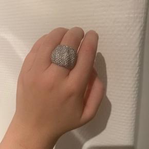 """Sættet er brugt mindre end 5 gange.  Mangler ikke nogle sten  Sterling sølv  Ørestikkerne er med en """"bue"""" forneden, så de slutter flot rund om øreflippen.   Ringen er str. 56  Ny pris: Ring 2300,-  Ørestikker 1800,-  Samlet 4100,-   Sælges for Ring 1200,- Ørestikker 900,- Samlet 1700,-"""