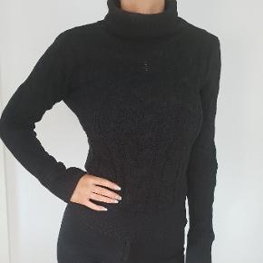 Sort lækker strik sweater med høj hals str small  jeg er 171cm høj den er brugt et par gange, fremstår flot trods brug  den sælges for 200kr eller 236kr inkl fragt med DAO