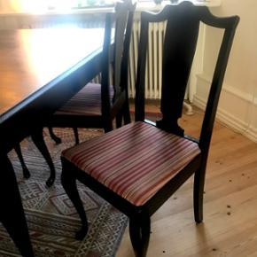 Fint spisestuearrangement: Sort bord (med 2 tillægsplader) og 5 stole. Trænger til en gang maling på selve bordpladen og på små detaljer på stolene, se fotos, ellers i pæn stand. Pris ved hurtig handel 800 kr. for det hele.