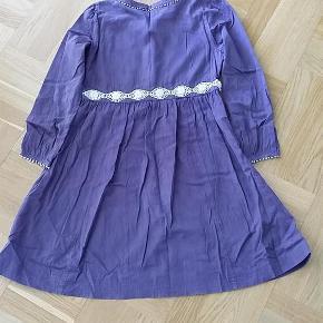 Varetype: kjole Størrelse: 12år Farve: Lilla Oprindelig købspris: 449 kr.   Virkelig sød Noa Noa kjole med mange fine detaljer - i rigtig god stand.