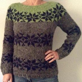 Brand: FruStrik Varetype: Sarah Lund, Islandsk sweater, Trøje, uldsweater, Fru Strik Størrelse: S - M - L Farve: Mange Denne vare er designet af mig selv.  NYT DESIGN. Sarah Lund sweater her i ny 3 farvet model. Håndstrikket i ægte islandsk uld, som giver det lidt rå look.  Strikkes på bestilling i størrelse: S - M - L  Passer en brystvidde på: 83 - 92 - 102 cm  Modtager MobilePay