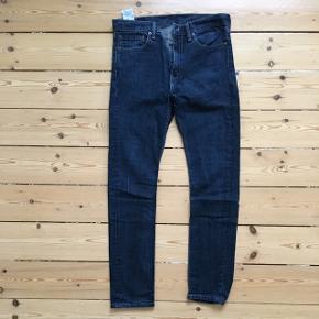Blå Levi's jeans model 510 sælges. De er i størrelse 34/34, men de er blevet vasket for hårdt eller måske tørretumblet, så størrelsen er nok snarere 32/32 (jeg bruger normalt 34/34 og kan ikke passe dem). Brugt 4 gange ifølge tidligere sælger.