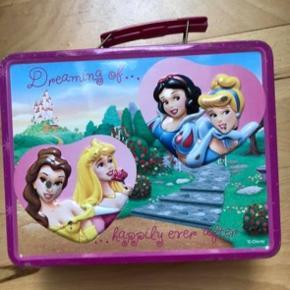 Metal kasse med Disney prinsesser, i ok stand. Fra røgfrit hjem.