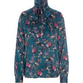 Varetype: Langærmet Farve: Multi Oprindelig købspris: 1899 kr.  Sælger også nederdelen og samlet sælges det for 1000kr pp.