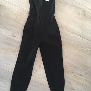 Ny sort buksedragt i str m/l fra kaucla/ kahsa   Længde 127 Øverst 74-100 stræk i bagpå