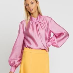 Smuk Stine Goya bluse i pink model Eddy ny og ubrugt sælges,  da jeg må erkende at jeg ikke får den i brug. Beklager lyset på billeder. Str small Længde 61 cm Bryst 58x2 cm Np 1000,- Sælges for 500,- + forsendelse 37,- med Dao. Handler gerne via MobilePay. Nej tak til bytte.