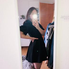 Smuk kjole fra ZARA, som passer perfekt til dit stylede fest look! Kjolen er aldrig brugt og har ingen skavanker. Den går ca. til låret og har v-neck udskæring.