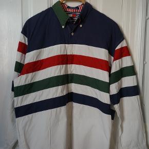 Vintage Oversize Skjorte med sprøde detaljer. Sælges kun fordi ærmerne er for korte til en på 196. Real size: L - XL