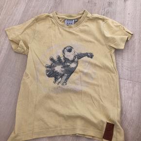 Fin t-shirt fra Wheat Marvel med superhelt printet på maven. Lille vaskehul ved mærket nederst.  Fra dyre- og røgfrit hjem. Sender gerne med dao eller post nord. Prisen er plus porto.