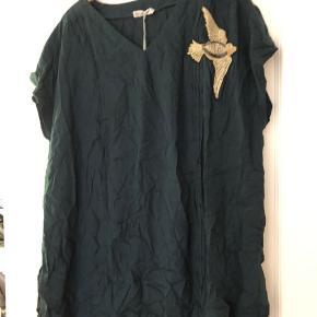 Fin bluse u viskose - str er Medium. Farven er mørkegrøn. Bm ca 2x65 cm Hel længde ca 82 cm Trænger til et strygejern Bytter ikke