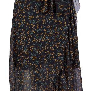 Sælger denne lækre nederdel fra GANNI da jeg ikke får den brugt så meget ✨  Str. 34  Brugt et par gange, men så god som ny  Np: 1099,-  Mp: 350 Køber betaler fragt  Sender med DAO (36kr)  byd gerne 💚