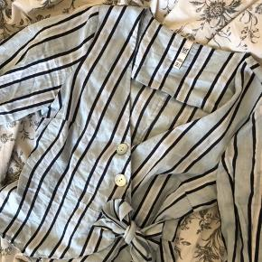Fin sommertop 🐠 Perfekt stand Ikke så lang og derfor perfekt med højtaljede bukser eller en nederdel