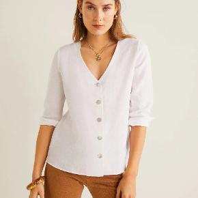 Helt ny skjorte/bluse fra mng/mango, har aldrig været brugt og stadig med tags. Hvid, str xs.   Button linen-blend blouse  Linen fabric.V-neck.Long sleeve with buttoned cuffs.Button fastening on the front section. REF. 43055736-ANNI-LM