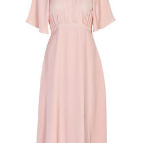 Lækker kjole i str 44. Jeg er normalt en str 42 og den passer mig. Bemærk min er mørkeblå og ikke lyserød.  Style Bellona dress