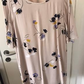 Fin kjole til sommerens fester 🌸 Brugt én gang