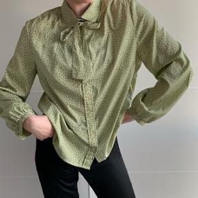 Fin vintage grøn skjorte med prikker. Fitter en xs-s