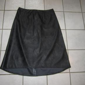 #Secondchancesummer  Skøn pencil nederdel i læderlook fra Vila. Nederdelen har lynlås på bagsiden og er en anelse længere bagpå. Ny og ubrugt.