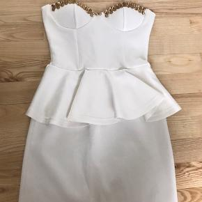 Peplum kjole med nitter foroven str xs Sælges billigt pga lille plet. Kan ikke ses på billedet   Sendes eller hentes i Glostrup📦 Se flere ting på min profil - følg gerne 🌼🐝