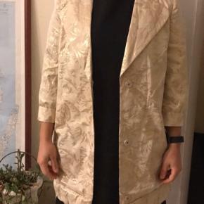 Frakke til forår / kimono fra Day i guld. Str. S.  Kun brugt en gang, så den er i super flot stand. Nederst er frakken lagt op, men det er syet med risting i hånden og kan let pilles op igen. Se billederne af nederste kant.  Se også mine mange andre annoncer med lækre mærkevarer, vintage og andre fine ting til gode priser. Der er ekstra gode priser, hvis du køber flere af mine varer :)  Varen er i Blovstrød på Nordsjælland.  #30dayssellout