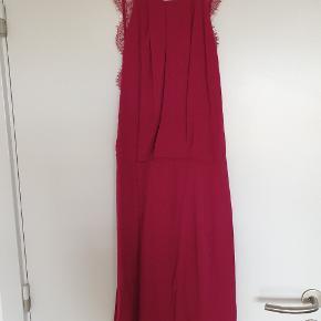 Fin kjole med blonderyg.   Køber betaler fragt