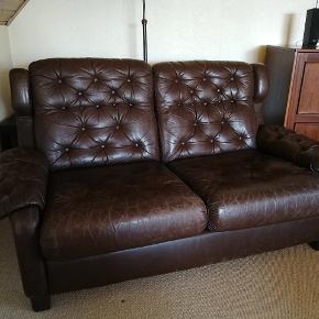 Lækkert brunt læder, men med tydelige brugstegn (se billeder). Hynder både i sæde og ryg er løse/ aftagelige, så den er nem at rengøre. Flere billeder kan sendes hvis det ønskes.   Mål (Ca.) : Dybde: 62cm Højde: 81cm Længde: 138cm